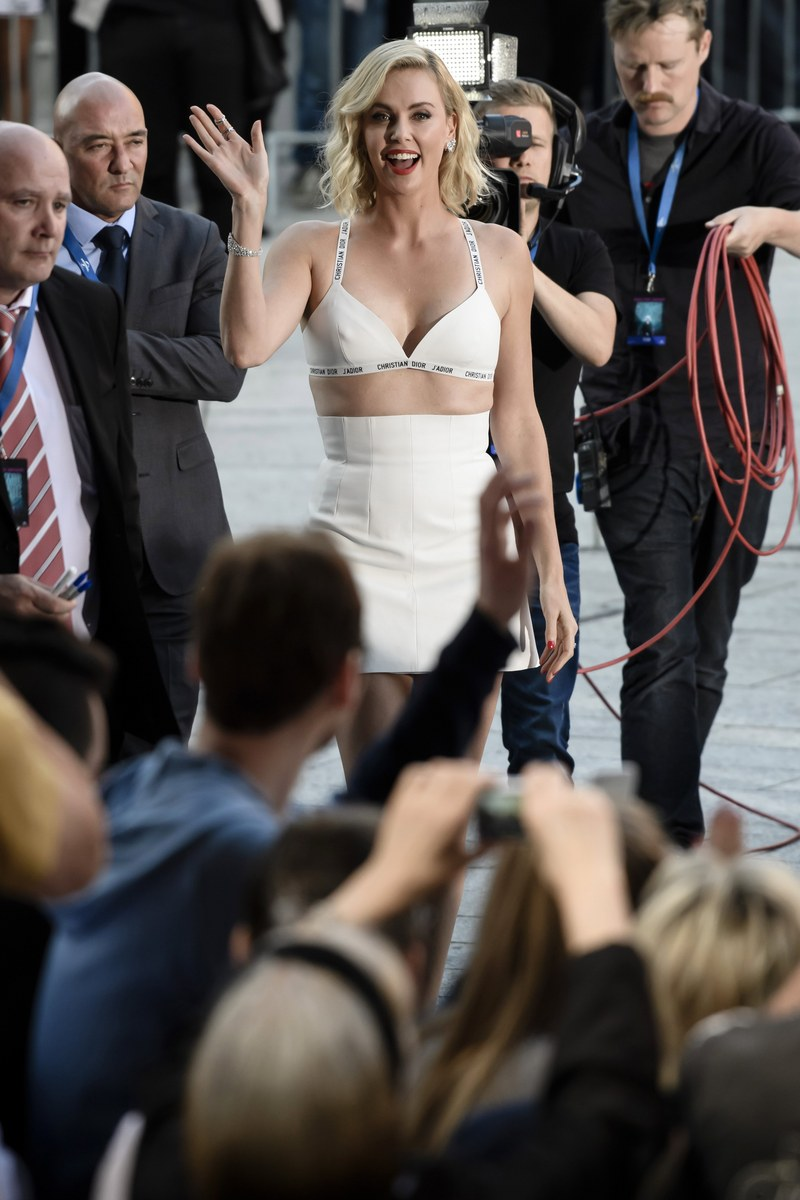 epa06093324 South African actress and cast member Charlize Theron (C) waves towards fans during the film premiere of 'Atomic Blonde' at the Theater am Potsdamer Platz in Berlin, Germany, 17 July 2017. The movie opens across German theaters on 24 August. EPA/CLEMENS BILAN